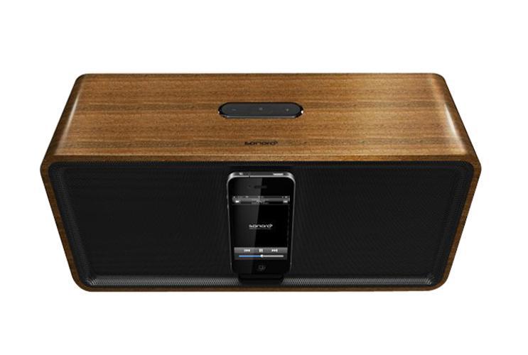 Акустическая система для iPhone/iPod Sonoro CuboDock Walnuss-BlackАкустическая система Sonoro CuboDock заполнит помещение звуком отличного качества: басы без всякого дребезжания, неподражаемо чистый вокал, стерео-аранжировка. И все это по беспроводной связи с вашего iPhone, iPad или iPod! Sonoro CuboDock показывает лу...<br>
